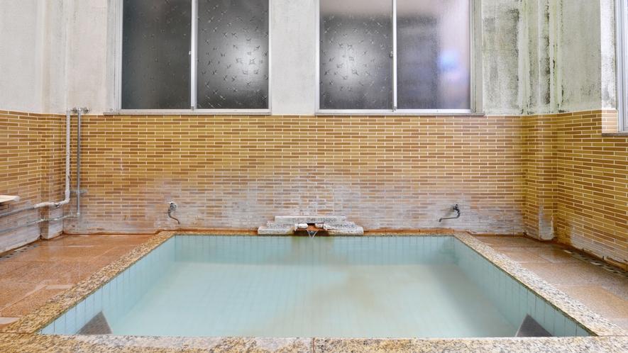 *お風呂/吹き抜けの天井から入る心地良い風を肌で感じながら天然温泉で癒しのひと時を。