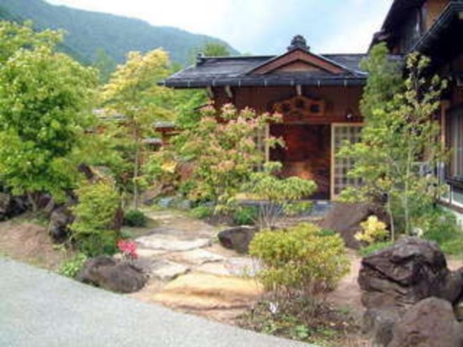大庭園に囲まれた玄関