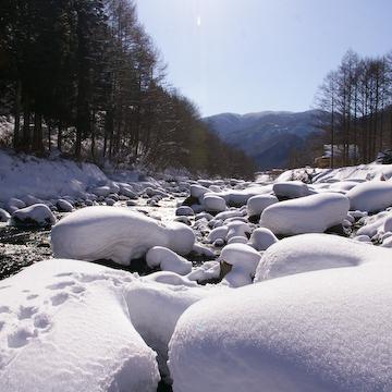 雪の秋神川
