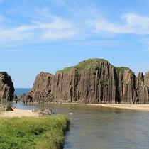【立岩】山陰海岸ジオパークスポット!高さ約20mの自然岩が見事(当館より車で約20分)