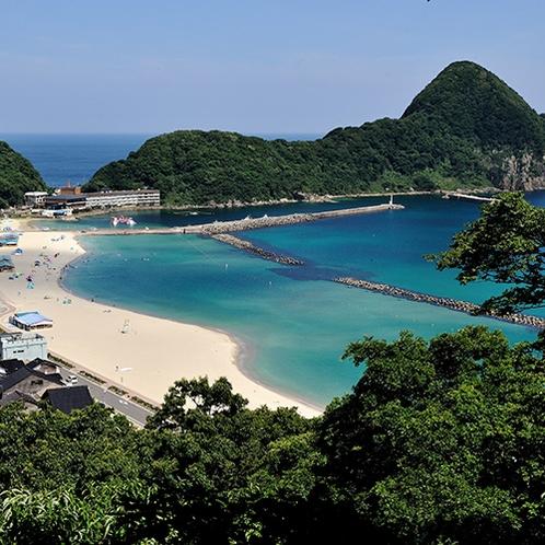 【竹野浜】白砂青松のビーチが広がる兵庫北部の海水浴場。夏は海上アスレチック(当館より車で約70分