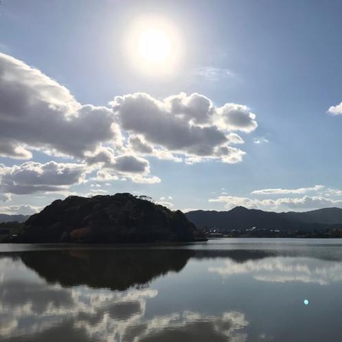 ある日の「離湖(はなれこ)」。風のない日は水面にも美しい空が!