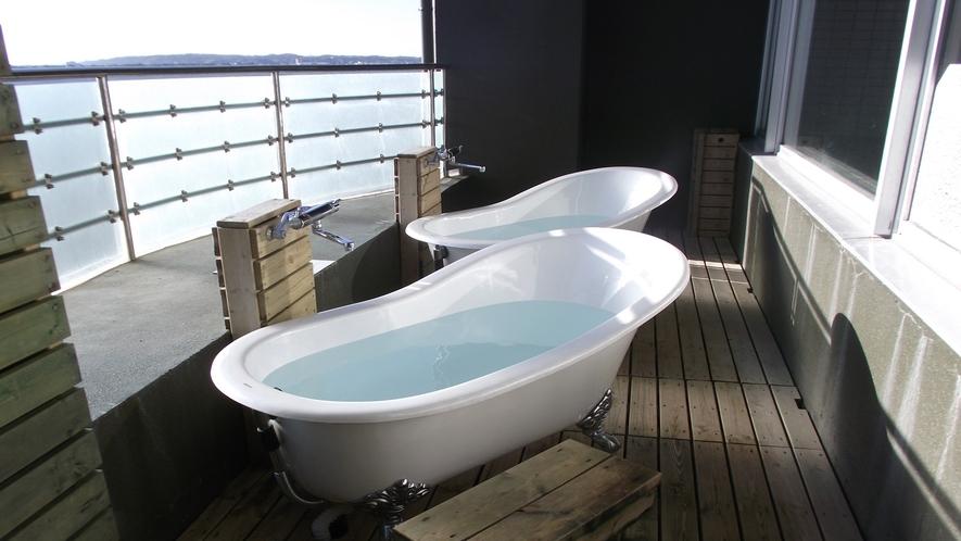 [露天風呂]大浴場のテラス部分に、空中露天風呂としてお一人様ごとのお風呂を用意。