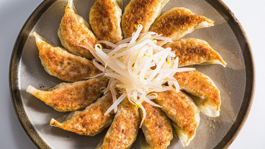 [オプション料理]浜松餃子。野菜が多めでさっぱりとした浜松餃子。もやしとご一緒に。