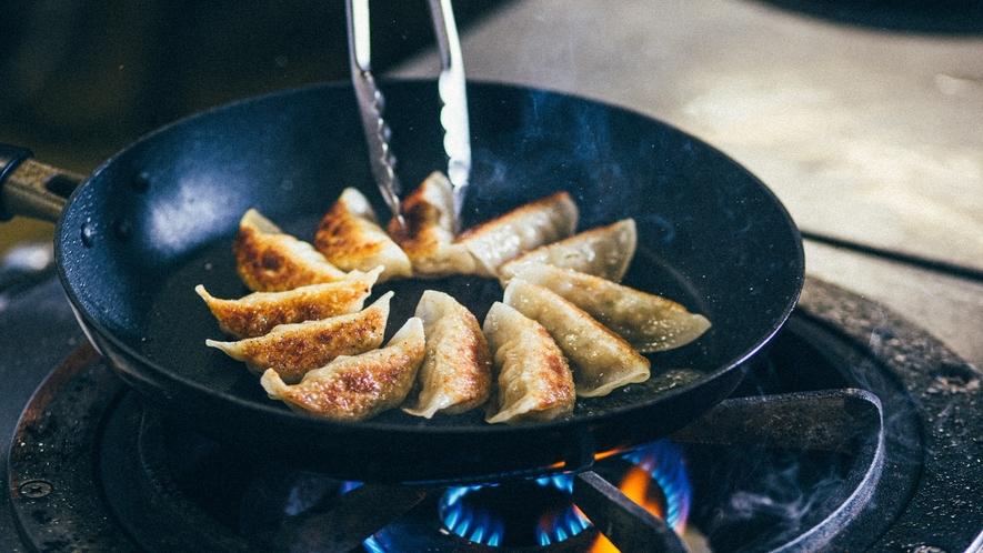 「バイキング・ライブキッチン」野菜が多めで、さっぱりとし浜松餃子。もやしと一緒にお召し上がり下さい。