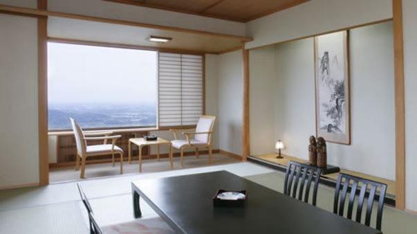 【標準和室10畳】夜景の見えるお部屋/お食事はお部屋食