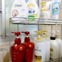 【お風呂】シャンプー類は数種類ございます♪洗顔・メイク落としもご自由にお使い下さいね。