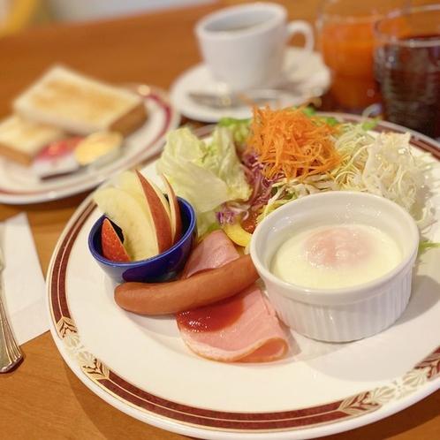 【朝食・洋食モーニング】トースト・ソーセージにフルーツなど。フリードリンク付♪