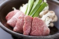 ご夕食のメイン、飛騨牛陶板焼きは、自家製のタレでお召し上がりください。