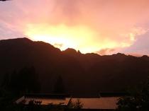 夕暮れの景色。赤く染まった空と、北アルプスのシルエットが美しいです!