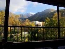 紅葉の10畳のお部屋。焼岳の雪山の白、紅葉の赤や黄色、針葉樹の緑の三段紅葉も見られます!