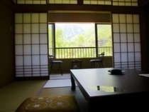 春の10畳のお部屋。焼岳の残雪と新緑の緑が爽やかです♪