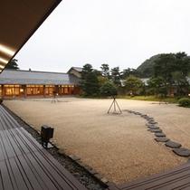 佳松園 夕暮れの中庭