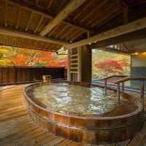 「とろとろの湯」ひのき露天風呂(秋)