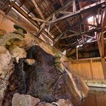 *大浴場(男湯)/大きな岩を伝い流れる湯は源泉かけ流し100%天然温泉。24時間ご入浴いただけます。