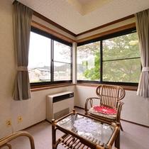 *和室8〜10畳(客室一例)/全室、清流小国川に面しております。川音を聴きながら癒しのひと時を。