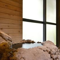 *露天風呂/惜しみなく溢れ出る源泉はナトリウム・カルシウム-硫酸塩泉の泉質。24時間ご入浴いただけます。