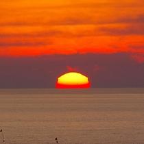 *水平線に夕日が溶ける♪美しくロマンティックな瞬間