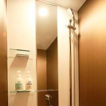禁煙洋室のスタイリッシュなシャワー室