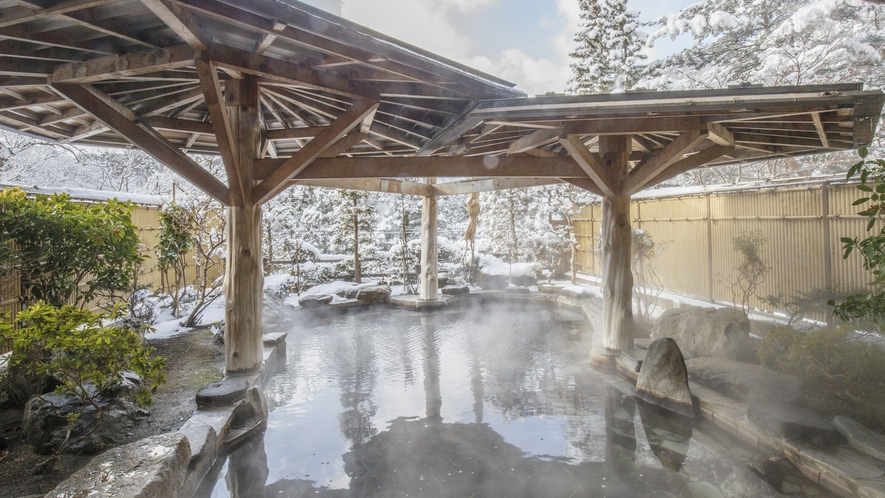 隣接するホテル紅葉館 冬の露天岩風呂