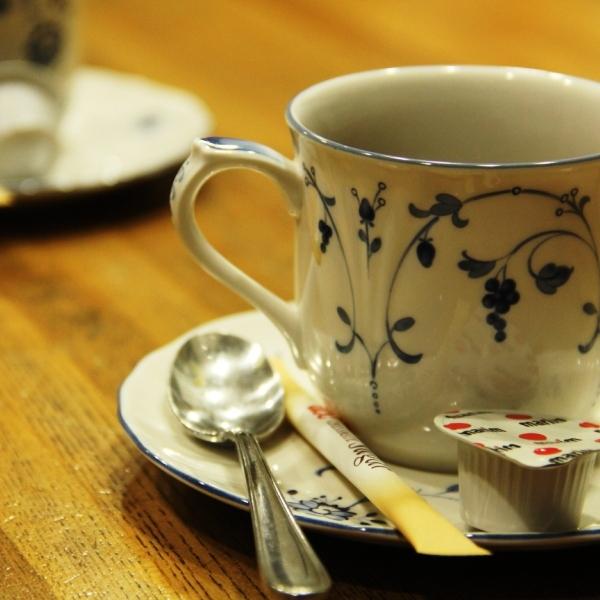 館内_カウンターでコーヒー