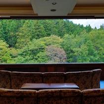 ロビーからは1枚ガラス越しに谷川岳を望めます