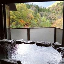 客室の露天風呂からは谷川岳を望む絶景が