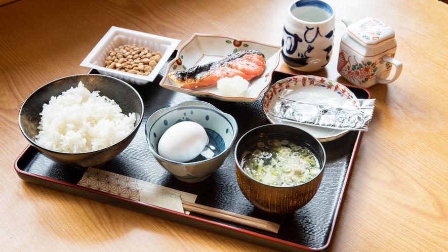 *[朝食一例]炊きたてご飯に味噌汁、焼き魚等の和食膳