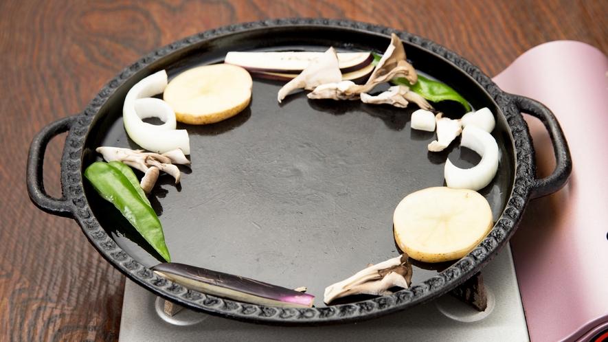 *[鹿肉鉄板焼き一例]焼き方その1:鉄板に油が引いてあるので温まったら野菜を好みで焼く