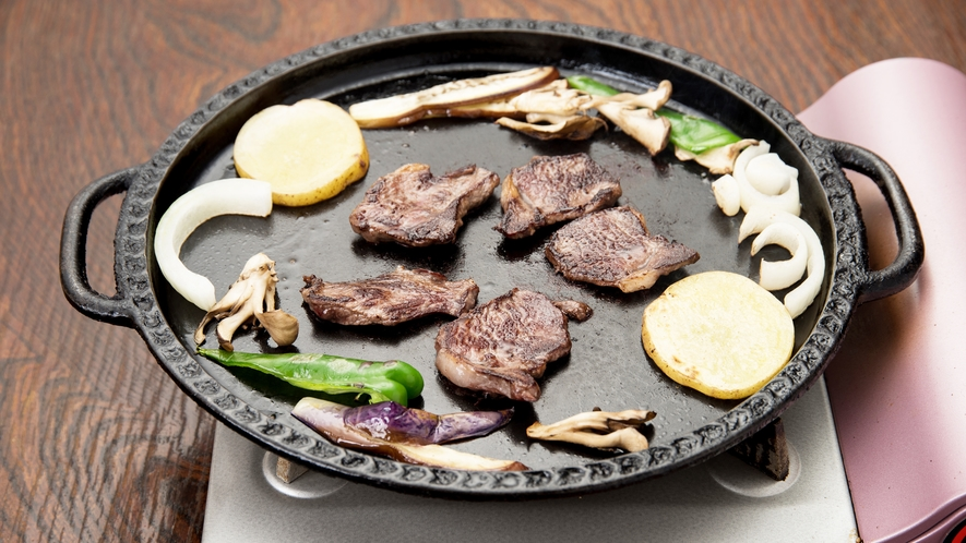 *[鹿肉鉄板焼き一例]焼き方その3:好みの焼き加減で焼けたらタレをつけてお召し上がり下さい