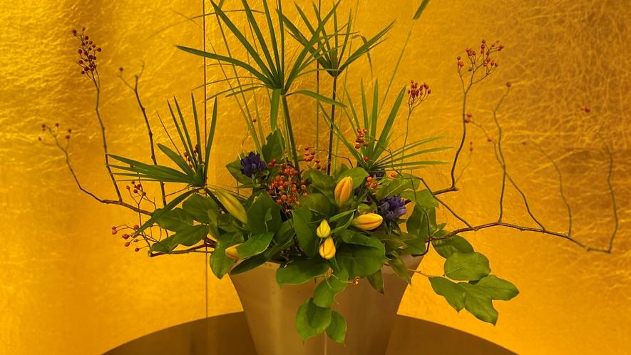 1階フロント前(季節のお花 一例)
