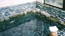 ・岩風呂に浸かって旅の疲れを癒してください
