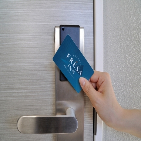 非接触型カードキー採用