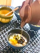朝はさらっと手軽に食べたい方には、お茶漬けもどうぞ☆ 特製の出汁をかけてお召し上がり下さい