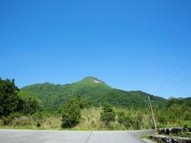 ◆広い駐車場から見える由布岳
