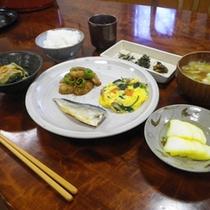 *【朝食全体例】お米は、結東集落の石垣田で採れたツヤツヤのコシヒカリです。