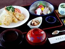 夕食には「お刺身+てんぷら+茶碗蒸し+小鉢+デザートなど」のセットメニュー(※写真は一例)