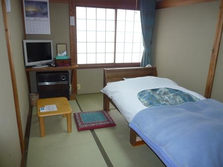和室4.5畳(廊下からドア1枚で客室に)布団使用の和風ベッド
