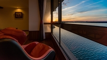 源泉掛け流し風呂付客室 4階「鹿子」から眺める夕景
