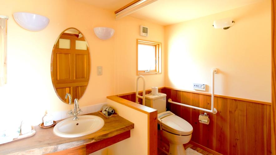 ・広々としたトイレ。手すりがついているので安心