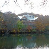 *秋は周囲の木々が色づく/紅葉散策などがオススメ!