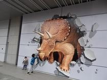 JR福井駅前に出現した恐竜のトリックアート