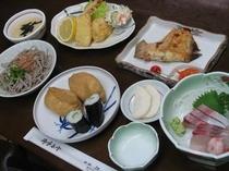 いなり寿司におろしそばを加えた夕食