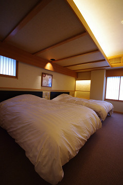 今心亭【駒草】74平米寝室シモンズ社製Wベッド2台