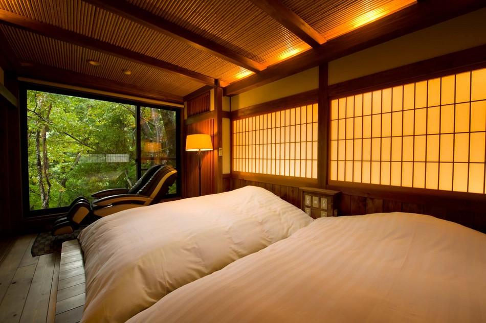 深山亭客室【二人静】シモンズ製ダブルべッドが2台置かれた寝室