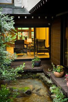 渡り廊下より中庭を望む