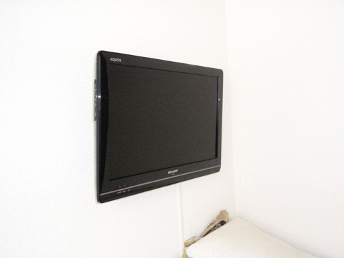 シングルルームの壁掛けテレビ(22型)