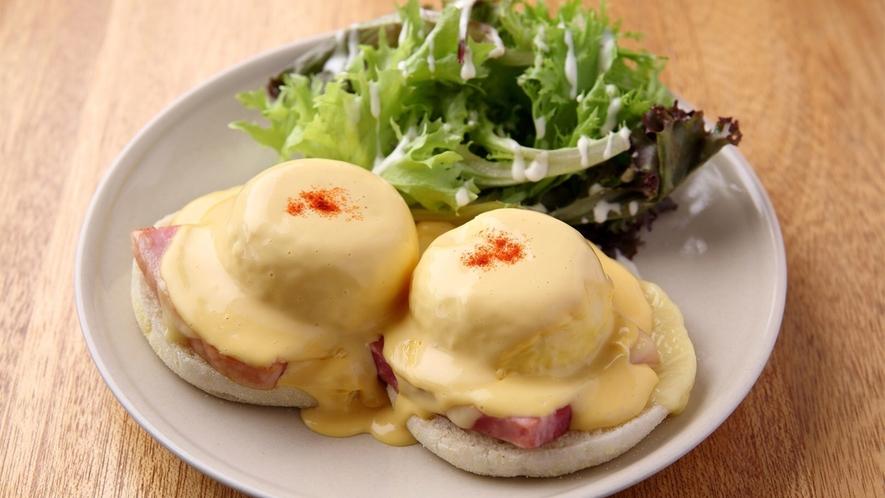 エローイズカフェの選べる朝食 ベーコン&チーズ ベネティクト