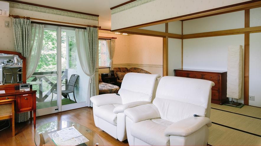 全室40㎡以上。清潔で広々とした客室一例。和室スペースもあり、お子様連れにも好評♪