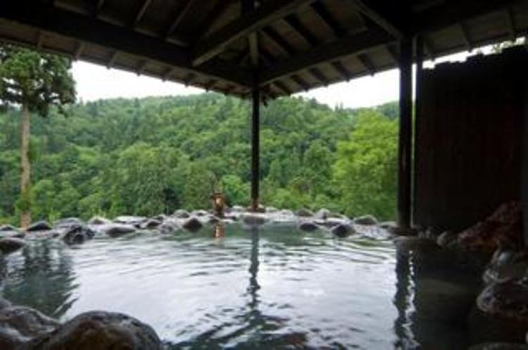 眼下に流れ落ちる滝を眺望する滝見の露天風呂。